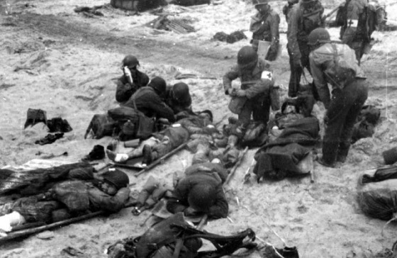 wounded_soldiers_Normandy_Omaha_Beach_June_6_1944_D-Day